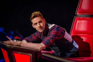 the-voice-ricky-wilson-leans-across-chair