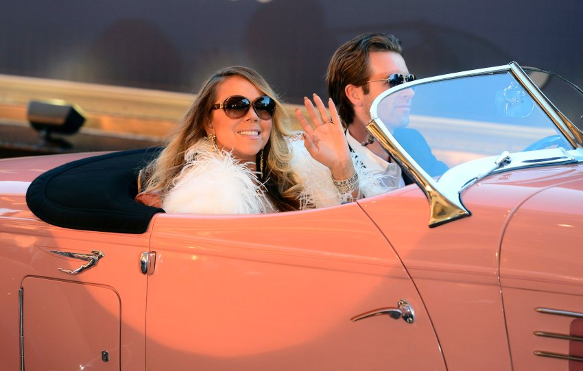 epaselect epa04723623 US singer Mariah Carey arrives in a classic car for her 'Mariah #1 To Infinity' engagement at Caesar's Palace in Las Vegas, Nevada, USA, 27 April 2015. Carey will preform for a limited time starting on 6 May 2015. EPA/MICHAEL NELSON +++(c) dpa - Bildfunk+++