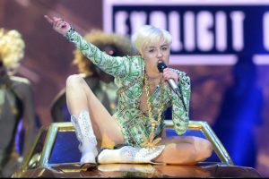miley-cyrus-returns-to-bangerz-tour-in-london-after-lengthy-recovery-photos